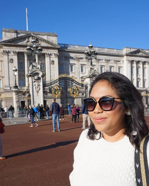 Pamer kacamata 🤣🤣🤣 #throwback #london #buckinghampalace #whenuinlondon #traveller #worldtravel #tourist #london #uk #ukstreetwear #europe #girltraveller #clozetteid #streetfashion #palace #walk #walking #buckinghampalace