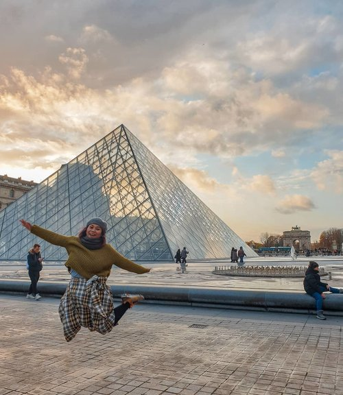 Jump high as you can.... dan jgn diulang!one take okay..geter lutut wak 😜😜.#clozetteid #travelling #travelaroundtheworld #louvre #louvremuseum #paris #dsywashere #dsybrangkatlagi