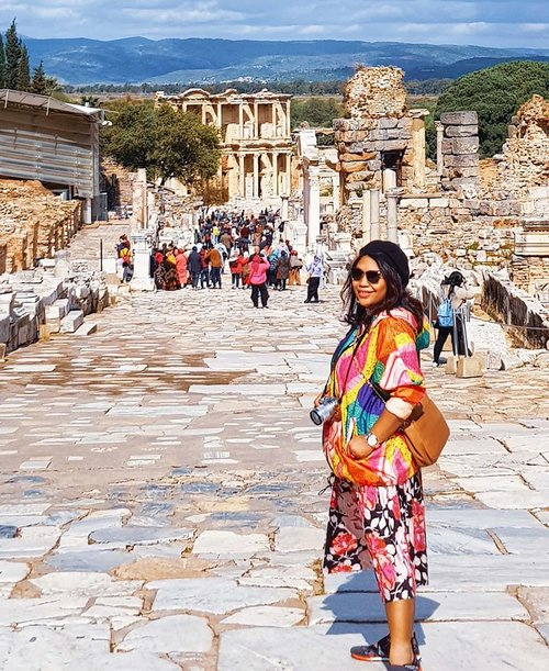 After Roman forum in Rome, Ephesus in Izmir and next one is Parthenon in Athens.. cant wait . #clozetteid #travelling #travelaroundtheworld #travelgram #aroundtheworld #travelstyle #streetstyle #streetwear #dsywashere #dsybrangkatlagi #traveljournal #travelgram #ephesus #izmir #izmir🇹🇷 #bestvacations