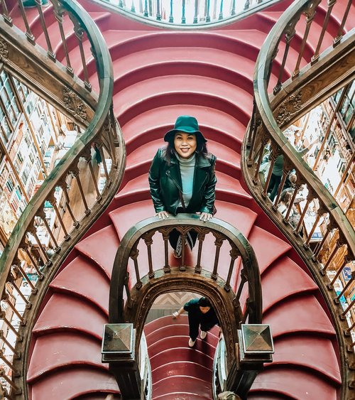 The stairs from the top . #clozetteid #travelling #travelaroundtheworld #portugal #livrarialello #libraryportugal #travelgram #traveljournal #dsywashere #dsybrangkatlagi