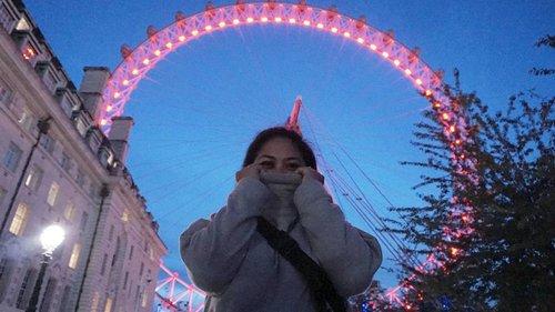 Hiding or frizzing  #whenuinlondon #traveller #worldtravel #tourist #london #uk #ukstreetwear #europe #girltraveller #clozetteid #streetfashion #walk #walking #londoneye #londonbynight