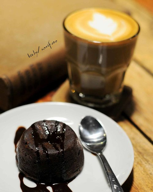 when your day become suck AF, latte and lava cake could cheer up you mood ☕anyway i miss our coffee time babe @lazycalm 😽 #sarimeals #clozetteid