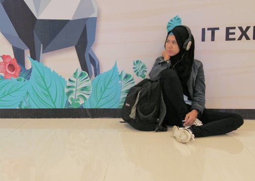 Glosoran neng emperan, with style #clozetteid #ootd #hotd #hijab #streetstyle #hijabers #hijabindo #meds87 #sennheiser #jansport