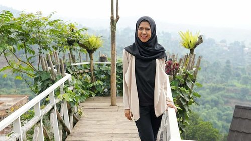 #DARAKEMBARA Lembang selalu saja menawarkan tempat menarik untuk dikunjungi. Salah satunya adalah Tafso Barn yang bisa bikin feed kamu #instagramable Kafe yang terletak di kawasan Puncak Ciumbuleuit ini, menawarkan spot-spot foto menarik bertema rustic. Penasaran cerita lengkapnya? Klik link di bio ya atau bit.ly/tafsobarnbandung#clozetteid #liburan #travel #traveling #goodvibes #hijab #hijabers #ootd #hotd #modestfashion #hijabindo #meds87 #bandung #bandungjuara #wisatabandung #kulinerbandung #lembang #geulis #travel #travelinstyle #liburan#jawabarat #farmhouse #visitbandung #sunday