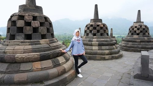 Usai liputan ke Muntilan kemarin, sempetin mampir dong ke Borobudur (nggak mau rugi banget 😂).Aku ditemani guide bernama Pak Yuli yang menceritakan sejarah Borobudur dari A-Z sembari (kuajarin) motretin aku 🤣.Cerita lengkapnya di blog ya (kalau aku sudah bisa login karena lupa password wordpress melulu 🙈) #clozetteid #borobudur #exploremagelang #magelang #yogyakarta #unesco #heritagesite #exploreyogyakarta #jatenggayeng #wonderfulindonesia