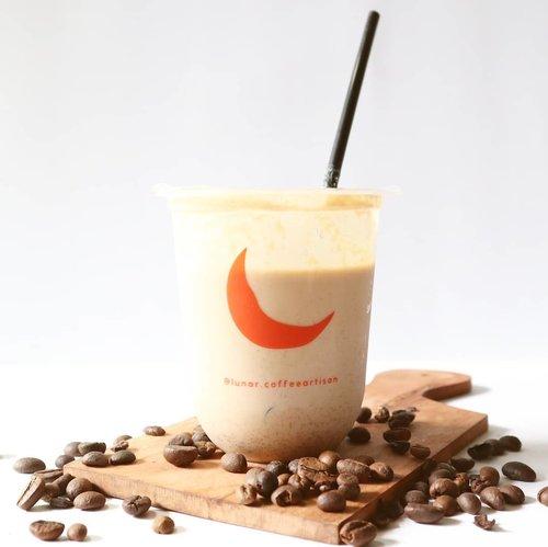 Hai, kopi hari ini aku tuh Tiramisu cream latte (18K) plus white chocolate (16K) dari @lunar.coffeeartisan . ☕Sebenernya itu menu terpisah, tapi aku ngide gitu dijadiin satu. Dannn... booommm... endes bembi cin. Rasanya beda dari yang biasa. 😍Yang aku rasa tuh berasa minum susu almond, tapi gak full susu, kopinya berasa. Gimana ya gambarinnya 🤔 Haha. Mesti cobain sendiri sih biar tau pastinya gimana. Enak pokoknya. Nagih. 😂Kalian mesti coba juga deh menu temuan aku ini. Belinya tinggal pesen di grab atau dm ig Lunar ya. Tersedia juga ukuran 1 liter. Nanti kalo udah beli, berkabar ya kalian beli yang mana. 😉#lunarcoffeeartisan @dancingbuna ..#Clozetteid #l4ĺ #l4l #ĺ4l #ʟ4ʟ #coffee #tiramisucreamlatte #whitechocolate #kopi