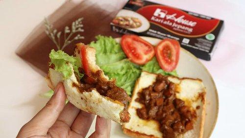 Long weekend bikin cemilan atau makanan apa nih? Aku recook resep Japanese Curry Taco-nya ka @putrihabibie , tapi versi pake roti. Krn emang suka roti dan belum nemu taconya. Hehe.  Endes bembi 🤤 Alhamdulillah sekali coba berhasil. Enak dan approved sama yang pada nyicip. 😆  Mudah pula bikinnya. Kan sekarang ada @dapurkarialajepang . Jadi masak kari lebih mudah dan enyak. ☺  Btw, aku tau resep ini dari acara live ig @dapurkarialajepang . Acaranya bermanfaat banget buat belajar masak n mengenal produk kari instan ala Jepang yang enak digunakan sehari2.  Untuk cerita lebih lanjut, aku bahas di blog www.nisaahani.com ya. Sekalian aku kasih resepnya. 😚  Makasih ya @dapurkarialajepang atas info n belajar masaknya serta hampersnya. ❤ semoga berkah.  #HouseKarialaJepang #SpicyCurry #kari  #karijepang  #clozetteid  #curry  #curryrecipe  #cemilan #food  #foodphotography