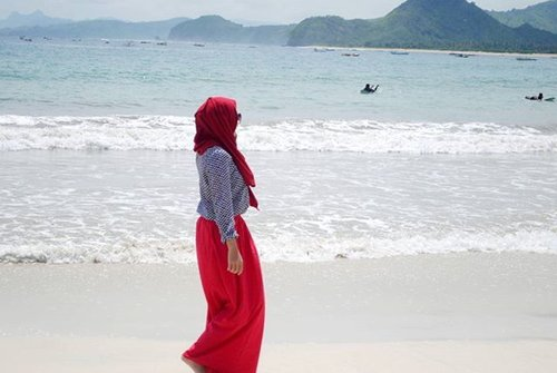 A dreamer, I walked enchanted, and nothing held me back. #beach #ootdbeach #ootdhijab #hijab #hijabbloggers #pantaiselongbelanak #duapuluhtujuhdesember #clozettedaily #clozetteid #bbloggers #travelling #travelblogger #traveller #indonesia #lombok #explorelombok #beachgirl #beautiful #paradise