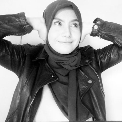 If there's anyone who want to hurt me, I really don't care anymore 😆See no evil, hear no evil and speak no evil! #threewisemonkey  #hijab #clozetteid #clozettedaily #blackandwhite #smile #happy #loveyourlife