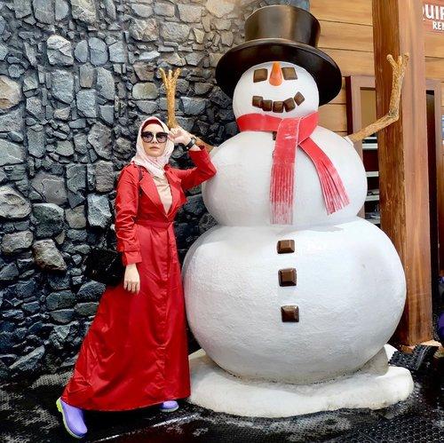 So happy! ❄️⛄️ Hari Minggu ini bisa mainan salju di @transsnowworld.juanda Bekasi bareng mamiku tersayang 🥰 Alhamdulillah mami juga seneng banget! 🤗 Yang pastinya di @transsnowworld.juanda ini kamu bisa mencoba berbagai wahana seperti Chair Lift alias kereta gantung, Sliding, Ski ( Ah sayangnya aku ngga nyobain iniii, next aku mau kesini lagi deh main ski ⛷) trus banyak lagi aktivitas seru yang bisa kamu nikmatin bareng orang-orang tersayang.  Harganya Weekend Rp.275.000 dan Weekdays Rp.200.000 kamu bisa main salju selama 2 jam full di sana ❄️☃️ di dalemnya juga banyak cafe2 gemes dan spot-spot foto yang kece👌🏻😌 sembari berdoa siapa tau next time bisa beneran mainan salju di eropa ya khan 🤗 hehehe.  Well thank you so much @transsnowworld.juanda udah ngajakin aku main salju sama mamiku. Liburan nanti jadi pengen ajak sekeluarga main kesana ah 🥳 anak bekasi mana nih suaranya? #AdeminBekasi #Brrrkasi #transsnowworld #clozetteid