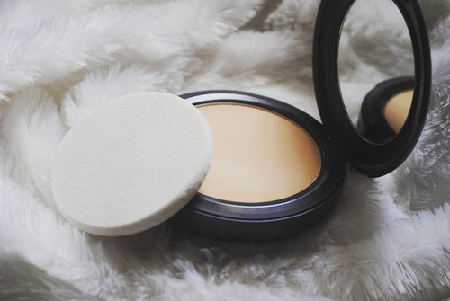 Happy Saturday ❤📷 @maccosmetics #mac #macstudiofix #beautybloggers #bbloggers #clozettedaily #clozetteid #beauty #makeup #powder #powderfoundation #favourites