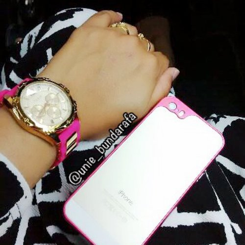 Lagi in ❤️ sama #fuschiacolour but #blue still my favourite colour #newcollection #guesswatch #iphone5s #clozetteid