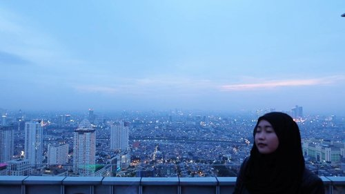 The wind's begun to move. I won't give up yet. I can feel the sun through the clouds. And even if there's a head wind. . . . #myheartdrawsadream #larcenciel #rooftop #sunset #skycrapper #clouds #jakartatoday #clozetteid #concretejungle #cityoflight
