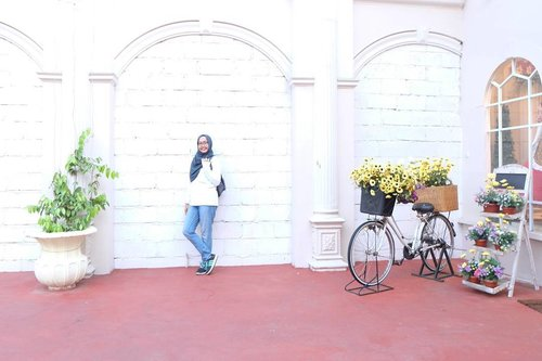 Udah ada rencana mau ke mana buat long weekend nanti? Saya mau istirahat ajah 😆 . White on white, you are invisible 😶 . . #clozetteid #museumangkut #hijabootd #hijabtraveller #travelwithhijab #batu #malang #nianastitimalang #nianastitibatu