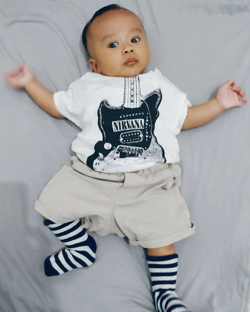 Kai pretends to be cool as nirvana's new fans 😜...#kaibowbow #nirvana #clozetteid #babyboy #baby #instababy #nirvanashirt #hnm #hnmbaby #hnmkids