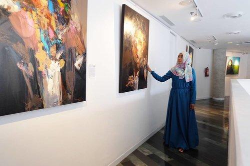I look kinda sad. Watching at the painting. It tells story about sadness. May be its true that sadness is spreading. . Nb. Current situation: anaknya lagi ceria karna libur :p . . #clozetteid #clozettehijab #ootd #hijabootdindo #hijabootd #boutiquehotel #artotelthamrin