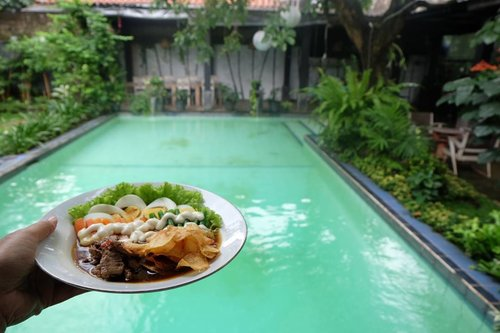 Enjoying tasty traditional food (Selat Solo) in modern plating with homey ambience on Saturday afternoon is surely a leisure for me 💕💕💕Ps. If you come to @omahsendok for celebrating your big day, you can bring any decoration you want for free 👌😋...#omahsendok #restojakarta #bigdayspace #eatingbythepool #goodambience #clozetteid #foodforgood #restosenopati #kulinersenopati #kulinerjaksel #selatsolo #selatsoloomahsendok