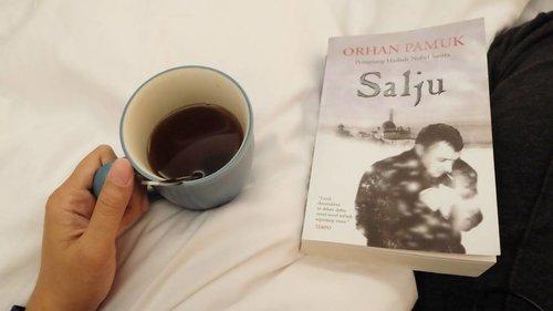 Akhirnya selesai juga satu karya sastra Turki pertama yang sudah saya baca dari tahun kemarin. Orhan Pamuk bercerita tentang kejadian di Kars, sebuah kota di ujung Turki yg jauh dr Istambul. Di sana salju selalu turun. Pembahasan Orhan melingkupi dua perspektif, tentang orang Turki dan dunia barat beserta keateisan, sosialisme dan kesetiaan pada negara, serta tentang ekstrimis Islam. Tentang gadis2 berjilbab yang bunuh diri yang mengundang penasaran. Tokoh utamanya, Ka, wartawan yang datang ke Kars setelah lama tinggal di Frankurt sebagai buangan politik, terbawa kemelut drama di Kars. Ka penyendiri dan misterius. . . . #nianastitireads2017 no.5 #orhanpamuk #turkishbook #bookreview #bookstagram #thewomanwhoreads #salju #snow #kars #clozetteid #turkishliterature
