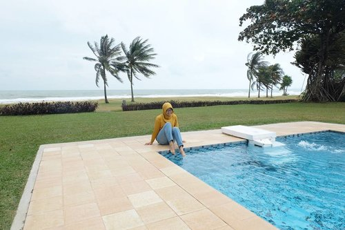 Ketika cuaca mendung dan ke pantai seram, anak waterproof ini mencoba bermain air tapi masih takut2 jua 😂😂😂. Post Blog tentang Stay Experience di Bintan Lagoon Resort sudah ada di blog ya. Silakan klik link di bio 💕💕..#clozetteid #bintanlagoonresort #BLR #BLRvilla #poolbythebeach #liburanbintan