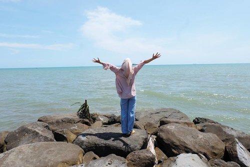 I love beach because I can absorp mother nature energy so I feel relax, happy and energized. Happy monday good people :) . . . . #pantaipasirjambak #wisatapadang #wisatasumbar #summervibes #clozetteid #travel #hijab #exploresumbar #minangrancak