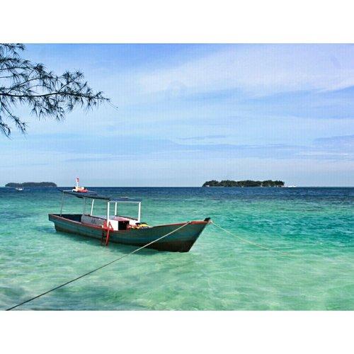 Tertambat. . . . . . . Location : Pulau Dolphin - Kep. Seribu