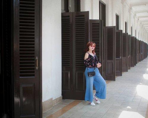 Ikut aku jalan-jalan yuk. mau gak? Nanti kita ngitungin ada berapa sebenernya pintu yang ada di Lawang Sewu. Berfaedah, kan? . . . . . . . . . . . . . . . . . . . . #mndaholiday #WisataIndonesia #exploreindonesia #traveling #holiday #vacation #redtraveler #dolansebentar #CreateMoments #WonderfullIndonesia #visitindonesia #PesonaIndonesia #yourtravelvoice #genpi #genpiid #generasipesonaindonesia #AladinGetaway #travellerscantik #keluarbentar #INDOFLASHLIGHT #infiatravel #TripZillaTraveller #visitsemarang #exploresemarang #lawangsewu #clozette #clozetteid