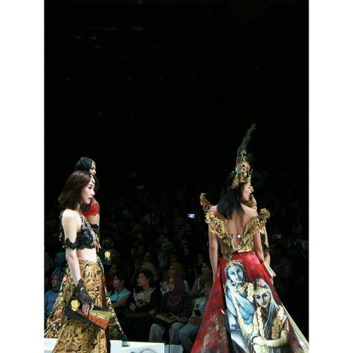Can you spotLordKrishnain thepicture?  Warna Khatulistiwa by @warnatasku_indonesia feat. Chrisna & Monica #IndonesiaFashionWeek2017 #ifw2017 #warnataskuindonesia #warnatasku #warnataskuxifw2017 #celebrationsofculture