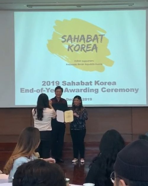 Luar Biasa banget acara hari ini 😍 Uwooooo 🎉🎊👏👏👏 . Unexpected but happen~ I got Award as Sahabat Korea (Social Media Supporter Embassy of Republic of Korea in Indonesia) . . Walau menabur dengan bercucuran air mata akan menuai dengan bersorak sorai 👏😍🤗 . . #luseechinstoryofkorea #luseechinsahabatkorea #SahabatKorea #embassy #korea #endofyearawardingceremony #blogger #contentcreator #clozetteid #lifestyleblogger #lifestyle