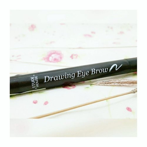 Today's feature for my #sbbfaveeyebrow is #EtudeHouse Drawing Eye Brow. Easy to use, affordable, and travel friendly. Its brown shade is perfect for my hair color 😄 Purchased at @kcosmetics.indo . . #beautyblogger #blogger #clozetteid #sbybeautyblogger #surabayabeautyblogger #beautybloggersurabaya #sbyblogger #surabayablogger #bloggersurabaya #indonesiablogger #indonesiabeautyblogger #beautybloggerindonesia #bloggerindonesia #beautybloggerid #bloggerperempuan #eyebrow #brow #browpencil #eyebrowpencil