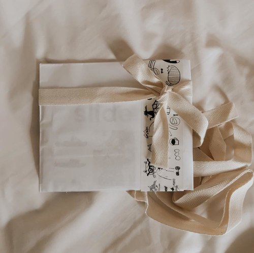 Gift wrapping in neutral color way 📦.............#clozetteid #listenindadailyjournal#travelphotography #photography #bloggerperempuan #shortstories #aesthetic #slowliving #minimalist #whiteaddict #bookworm #inspiremyinstagram #aestheticphotography #whiteaesthetic #flatlay #myeverydaymagic #theartofslowliving #giftideas #fromabove #mybeigelife #darlingmoment #ofsimplethings #simplethingsmadebeautiful #bibliophile #bookworm #bookstagram #solitude #giftideas