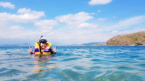 Ketika baju pelampung lu sebenernya kegedean dan bikin ribet tapi tetep mau foto........... 🌊 . . . . . . . . . #khansamandatraveldiary #khansamanda #clozetteid #clozetteambassador #beautynesiamember #travel #lombok #beautifuldestinations #explorelombok #exploreindonesia #travelblogger #beautyblogger #youtuber #youtuberindonesia  #plussize #beach #indonesia #plussizemodel #backpacker #plussizeindonesia #bigsizeindonesia #gilinangguisland #gilinanggu #ootdbigsize #ootdplussize #likeforlike #snorkeling #seaworld