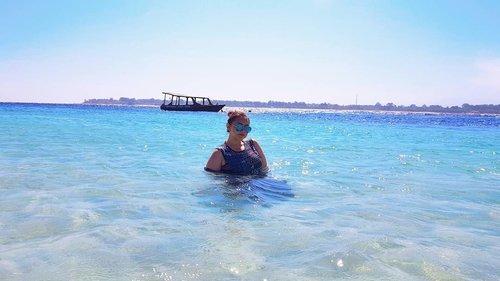 Happy kid🏝👒. . . . . . . . . . . . . . . . . . . . . . . . . . . . . . . . . . #khansamanda #clozetteid #beautynesiamember #bloggermafia #explorelombok #exploregili #exploregilitrawangan #lombok #gilitrawangan #beach #nusatenggarabarat #ntb #beautifuldestinations #travelphotography #traveling #khansamandatraveldiary #backpacker #indonesia #asia #visitindonesia #beachbody #traveler