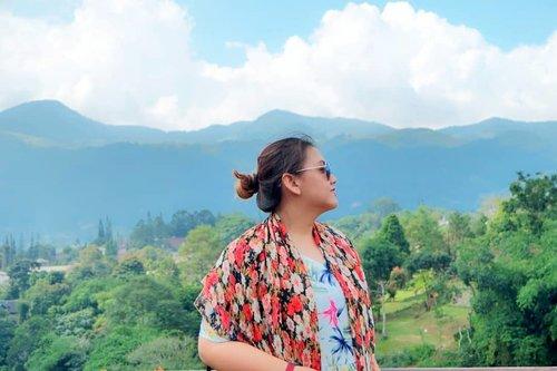 Fresh Air.....💕💕💕 Kalau foto nyamping gini kan keliatan mantjung wkwkwkwk . . . . . . . . #clozetteid #khansamanda #serunihotel #puncak #exploreindonesia #mountain #hills #holiday