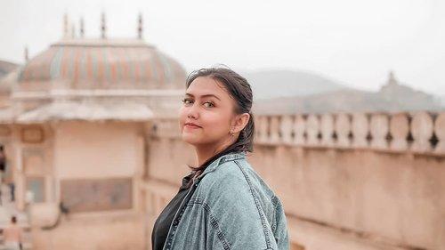 Dah lama ga ngepost.. Do u miss me? 😆😆 Sang ratu sedang menunggu pangeran di ketinggian. Lol.  Ini diatas Amer fort.. Untung adem.. . . . . . . . . #khansamanda #jaipur #india #visitindia #wonderful #beautifuldestinations  #khansamandatraveldiary #travel  #travelphotography #travelblogger #indonesiatravelblogger #travelgram #womantraveler #travelguide #travelinfluencer #travelling  #wonderful_places #indtravel #indotravellers #exploreindia #bestplacetogo #seetheworld #solotravel #amerfort #clozetteid