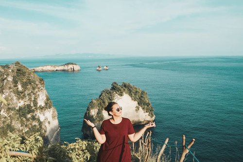 Aku butuh liburan 🙂 Nusa penida and the geng will always be my fav place to go 🏖🏖 . . . . . #khansamanda #khansamandatraveldiary #clozetteid #wonderful #beautifuldestinations #travel #travelphotography #travelblogger #indonesiatravelblogger #travelgram #womantraveler #travelguide #travelinfluencer #travelling #wonderful_places #indtravel #indotravellers #bestplacetogo #seetheworld #solotravel #ootdplussize #ootdbigsize #plussizeindonesia #plussizefashion #bali #nusapenida