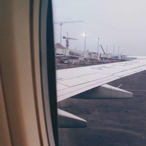 """My First Time for Flight ✈️ Finally.Padahal rencananya tuh Januari bakal ngerasain yang namanya terbang. Ehhhh malah dapat kesempatan terbang gratis dari @im3ooredoo 💃😍 Tanpa pikir panjang ikuttt dulu pokoknya. Urusan cuti ijin belakangan 🤭_Abis itu shombong,, ahh udah bisa dong aku naik pesawat sendiri. Terus ada yang bilang """"eitsss jangan salah, ini belum alur komplitnya ini kan masih di urusin semua, lo belum ngerasain yang namanya check in, boarding pass, dll"""" ohh gitu yak, ga jadi deh pergi sendiri ☹️ Temeniiiinnn lagiii 🤭_Rasanya gimana?? deg deg-an pasti. Kaget juga si sama suasana pas mau take off gitu 🙈🙈 pusiang yak rasanya. Karena ku duduk di tengah pas berangkat jadi buat lihat jendela harus menegakkan kepala dulu. Mau bangun liat jendela kedorong lagi kebelakang, mau bangun kedorong lagi 😅 ya kan kepoo gimana suasana mau terbang, jadi itu si yg bikin pusing di awal.Terus udah seneng tuh bisa nonton filmnya, ehh tapi betenya ga ada subtitle dongs. Mau subtitle Eng atau Ind aku butuhh.. Akhirnya selama perjalanan bobo manis aja deh, tapi headset tetep kepake. Jadi tidur sambil ditonton tv 😁 bangun-bangun laper untung ada snack roti, walaupun selainya aku kurang suka. Hajarr aja lah, katanya itu roti mahal. Roti 1juta sayang jangan dibuang 😅😅_Makasih ya ka @utteku yang udah sabar nanggepin kebawelan dan ketidakbisa dieman aku selama di pesawat. Untung sebelahku buibuk, jadi udah biasa sabar yaak 🤗🤭 But yeaayy pas pulang aku dapet di sebelah jendela. Jadi bisa nikmatin deh saat-saat pesawat naik dan turun. Viewnya MasyaAllah pokoknya. Slide terakhir menggambarkan perasaanku pokoknya.Makasih sekali lagi untuk mba Ghina @ghina.aliya dan @im3ooredoo Team buat pengalaman ini ❤️💛___-✈️ Batik Air🗾 CGK - SBY - CGK14 - 15 Desember 2019________________________________#firstflight #evidiSurabaya #IM3OoredooSquad #Collabonation #exploresurabaya #Surabaya #flight #clozetteid"""