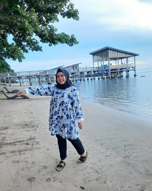 My favorite place + beautiful outfit = Happy 💙-#clozetteid #clozette #beach #haideeorlin #localbrandindonesia #ootd #ootdid #weekend #travelling #lb