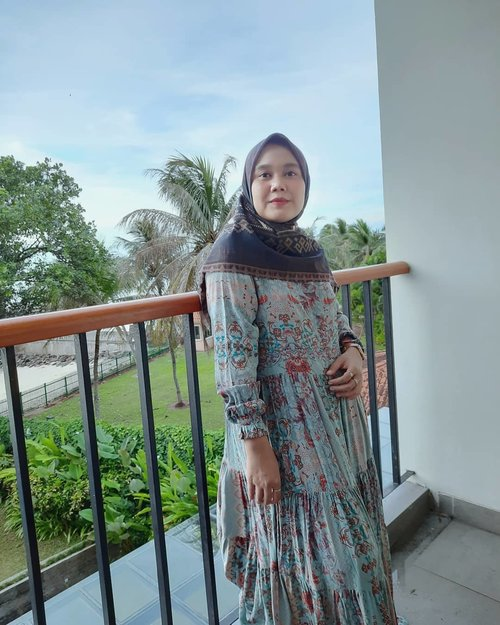 #weekend di balkon aja 🤍⚠️ Jangan di swipe 🤪#ootd lagi with @heaven_lights @hlpremium_scarf-#hlladies #umrohwithhl #heaven_lights #heavenlights #heavenlightscustomer #maitara #maitaradress #view #staycation #anyer #clozette #clozetteid #