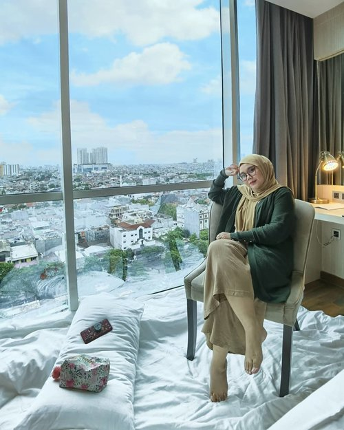 Aku lakukan apa yang saat ini aku suka ☁️☁️Wearing Vinetto Outer Army & Bergo Pashmina by  @local.id // pengen banget couplean outernya, tapi sama siapa 🙃🙃Thank you for pic @syahrulmoe 📸_#clozette #clozetteid #locallady #localladies #supportlocalbusiness #supportbrandlocal #localid #ootd #ootdid #ootdhijab #view #staycation #hoteldijakarta #hotel #huaweip40pro #huaweip40plus