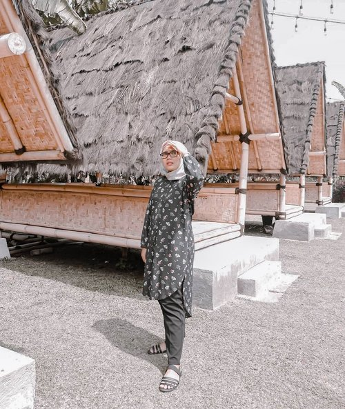 Lagi cape pose nunduk mulu 😜Jadilah foto ini keluar. Preset banyak yaudah mainkan saja.#evidiBogor Wearing Kiva @haideeorlin and always deya pants by @heaven_lights_#ootd #ootdid #clozetteid #haideeorlin #ootdhaideeorlin #hlladies #inlovewithhl #umrohwithhl #heavenlightscustomer #hlpremiumscarf #eidwithhl #heavenlights #hlraya2020 #eidwithhl #lb #fff