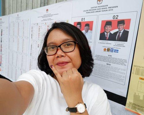 """<div class=""""photoCaption"""">Excited banget nyoblos tahun ini, karena sudah mulai mengerti bahwa suara kita menentukan bangsa Indonesia untuk 5 tahun kedepan.Antri, pastinya! Tapi tidak memudarkan semangat untuk ikut berpartisipasi dalam pesta demokrasi ini.Apapun pilihannya, tujuannya tetap satu. Menjadikan NKRI lebih baik lagi🇲🇨.  <a class=""""pink-url"""" target=""""_blank"""" href=""""http://m.clozette.co.id/search/query?term=NyoblosPRIMA&siteseach=Submit"""">#NyoblosPRIMA</a>  <a class=""""pink-url"""" target=""""_blank"""" href=""""http://m.clozette.co.id/search/query?term=JaringanPRIMA&siteseach=Submit"""">#JaringanPRIMA</a>  <a class=""""pink-url"""" target=""""_blank"""" href=""""http://m.clozette.co.id/search/query?term=Pemilu2019&siteseach=Submit"""">#Pemilu2019</a></div>"""