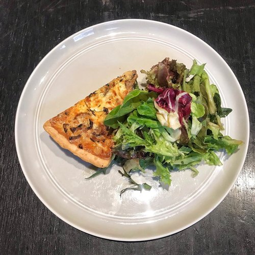 Quiche and salad for the weekend. Why not?.📍 @115coffee