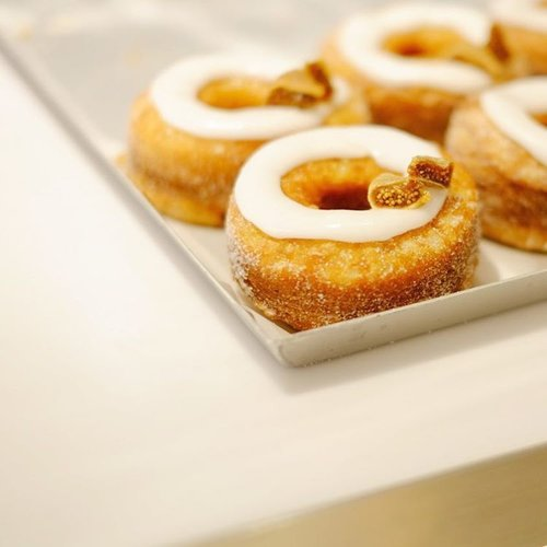Cronut Dominique Ansel Japan. Udah pada baca reviewnya belum? Cek ke bit.ly/dominiqueanseljp yaaa~...#foodreview #food #foodie #foodies #foodstagram #instafood #dailyfood #foodforthought #foodlovers #clozetteID #cronut #dominiqueansel #dominiqueanselbakery