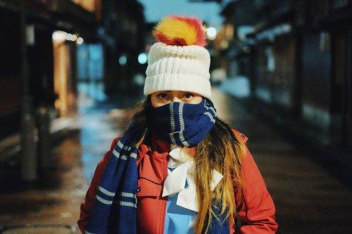 Kangen ngerasain dinginnya salju, pakai baju berlapis, pakai sarung tangan, beli hotpack untuk ditaruh di kantong, beli coklat kaleng buat ngangetin tangan, sambil jalan kaki menikmati hembusan angin dengan suhu 0 derajat.  Aneh memang, kangen kok sama dingin ya? Tapi sebagai penghuni negara tropis, ngerasain dingin tu kayak hal yang menarik karena jarang banget dirasakan. Beda ya dingin karena udara dan dingin AC.  Kapan bisa traveling lagi? 🥺  📸 by @ad_alle   #randomthought #traveling #throwback #clozetteID #throwbacktraveling #cKjapantrip #japantrip #japan