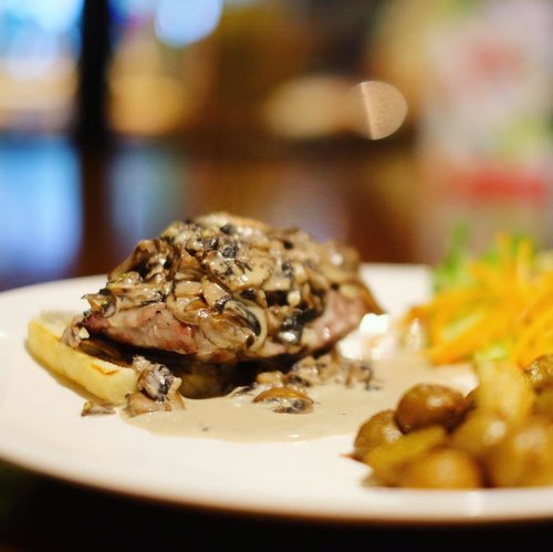 Filetto Di Manzo Ai Funghi alias grilled beef tenderloin with creamy mushroom sauce. Delicioso! . . . #food #foodie #foodies #foodstagram #instafood #dailyfood #foodforthought #foodlovers #clozetteID #foodforthought #steak #latepost
