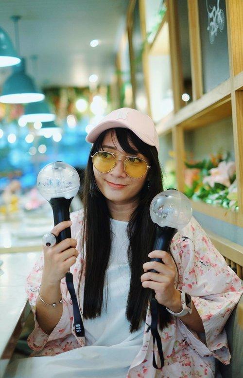 Ketika nonton konser BTS di Korea kemaren, aku membawa army bomb yang dibeli di olshop di Indonesia. Belinya udah lama pula. Namun ternyata pas di tempat konser mau synchronize lightstick ke concert mode, dikasih tau kalau armby bomb aku tuh palsu. Dyaaaar!  Jadi gimana cara membedakan yang asli atau palsu?   #BTS #btsarmy #armybomb #lightstick #kpop #kpopidol #clozetteID