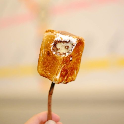 "<div class=""photoCaption"">Frozen S'mores, salah satu menu favorit di Dominique Ansel Bakery. Es krim vanilla yang dilapisi chocolate flakes dan honey marshmallow. Rasanya sungguh manis dan enak. <br /> Selain itu ada apa aja di @dabjapan? Baca review selengkapnya di <a href=""https://bit.ly/dominiqueanseljp"" class=""pink-url""  target=""_blank""  rel=""nofollow"" title=""https://bit.ly/dominiqueanseljp"">bit.ly/dominiqueanseljp</a> ya! 😋😋<br /> .<br /> .<br /> .<br />  <a class=""pink-url"" target=""_blank"" href=""http://m.clozette.co.id/search/query?term=foodreview&siteseach=Submit"">#foodreview</a>  <a class=""pink-url"" target=""_blank"" href=""http://m.clozette.co.id/search/query?term=food&siteseach=Submit"">#food</a>  <a class=""pink-url"" target=""_blank"" href=""http://m.clozette.co.id/search/query?term=foodie&siteseach=Submit"">#foodie</a>  <a class=""pink-url"" target=""_blank"" href=""http://m.clozette.co.id/search/query?term=foodies&siteseach=Submit"">#foodies</a>  <a class=""pink-url"" target=""_blank"" href=""http://m.clozette.co.id/search/query?term=foodstagram&siteseach=Submit"">#foodstagram</a>  <a class=""pink-url"" target=""_blank"" href=""http://m.clozette.co.id/search/query?term=instafood&siteseach=Submit"">#instafood</a>  <a class=""pink-url"" target=""_blank"" href=""http://m.clozette.co.id/search/query?term=dailyfood&siteseach=Submit"">#dailyfood</a>  <a class=""pink-url"" target=""_blank"" href=""http://m.clozette.co.id/search/query?term=foodforthought&siteseach=Submit"">#foodforthought</a>  <a class=""pink-url"" target=""_blank"" href=""http://m.clozette.co.id/search/query?term=foodlovers&siteseach=Submit"">#foodlovers</a>  <a class=""pink-url"" target=""_blank"" href=""http://m.clozette.co.id/search/query?term=travel&siteseach=Submit"">#travel</a>  <a class=""pink-url"" target=""_blank"" href=""http://m.clozette.co.id/search/query?term=traveling&siteseach=Submit"">#traveling</a>  <a class=""pink-url"" target=""_blank"" href=""http://m.clozette.co.id/search/query?term=travelgram&siteseach=Submit"">#travelgram</a>  <a cl"