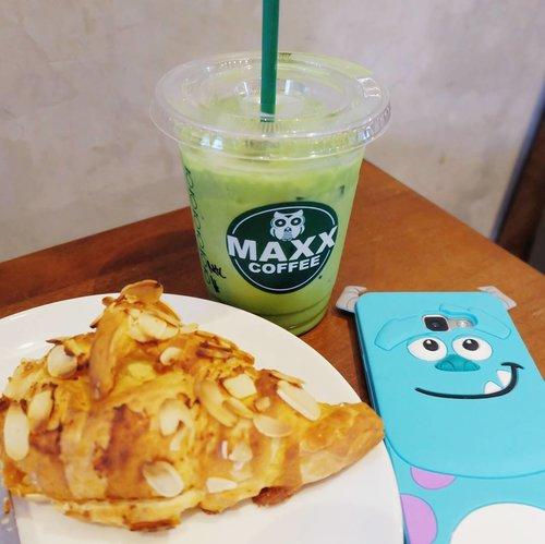 It's Friday! Last day working in 2016 🤗 . . . #maxxcoffee #greentealatte #foodporn #cafehopping #jktfoodie #clozetteid #lifestyle #lifestyleblogger #influencer #ggrep #fbloggers #bbloggers #foodsnap #tgif #foodblogger #抹茶 #ブロガー #파워블로거 #블로거 #instagood