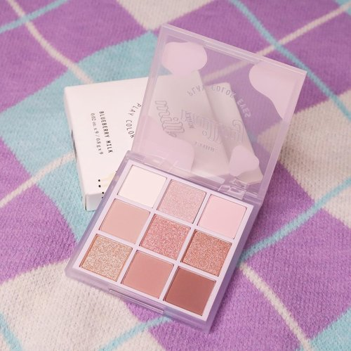 [Swatch last slide] Got this cute shadow palette— @etudeofficial Milky Play Color Eyes Blueberry Milk 🫐🐮🥛Akhirnya punya eyeshadow warna lavender/ lilac gitu 😍 1 palettenya ada warna choco gitu juga jadi bisa dipake untuk daily. Eyeshadownya tipe yang powdery, bukan yang creamy tapi warnanya cukup keluar kok 👌🏻 As usual kalo eyeshadow korea itu glitternya the best ✨✨You can buy this (pasti ori) via Charis shop aku loh: http://hicharis.net/japobs/1vuy#etude #playcoloreyesblueberrymilk  #eyesahdow  #CHARIS #hicharis @hicharis_official @charis_celeb #clozetteid #beautybloggers #indobeauty #indobeautysquad #indobeautygram