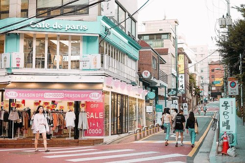 Gonna come back, but not in summer! 🤣🤣 Hongdae is one of the must-visit area in Seoul 👏🏻 Read more about things to do in Seoul on my blog #bigdreamerblog #BigDreamerInKorea . . . #clozetteid #exploreseoul #hongdae #ktoid #travelblogger #travelerindonesia #travelbloggerindonesia #hongik #cafedeparis #koreatravel #홍대 #여행 #여행에미치다 #旅行 #旅行大好き